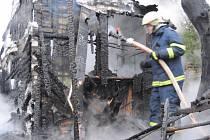 V Dolních Lažanech u Lipové shořela dřevěná chata