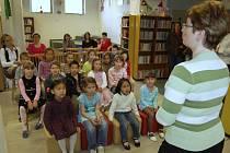 Mezi velké čtenáře přivítal včera v dětském oddělení Městské knihovny v Chebu rytíř z Knižního království celkem čtyřiapadesát prvňáčků. Děti i přítomní rodiče byli nadšení. Rytíři pomáhaly s pasováním žáčků tři pohádkové přadleny.