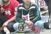 VEDOUCÍ ROBOTICKÉHO KLUBU Karel Čermák se svým ´miláčkem´ vyhrál v Písku první místo.