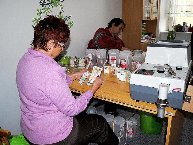 NA CELÝ DEN měli práci zaměstnanci Farní charity Cheb, když počítali výtěžek letošní tříkrálové sbírky.