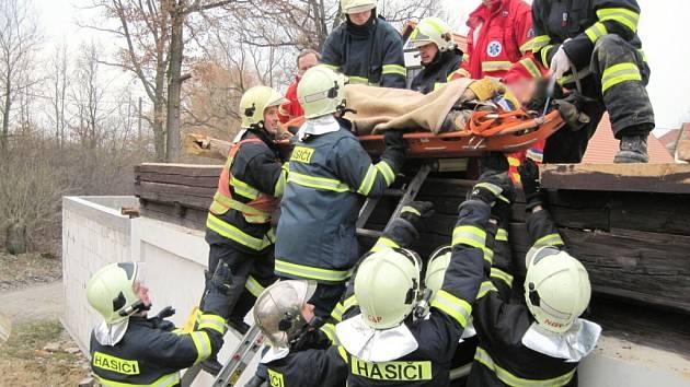 Zřícená část domu zasypala muže, přiletěl pro něj vrtulník.