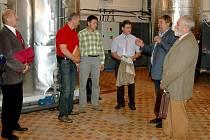 ODPADNÍ TEPLO ZAČÍNÁ SLOUŽIT! Tepelná čerpadla a komponenty pro zužitkování odpadního tepla na chebském zimním stadionu  instalovala firma Kalora. Její zástupci techniku předvedli jak představitelům města, tak novinářům.