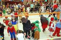 DESÍTKY DĚTÍ SE ZÚČASTNILY již tradičního karnevalu v Chebu. Ten pořádal Dům dětí a mládeže Sova již pošestnácté.