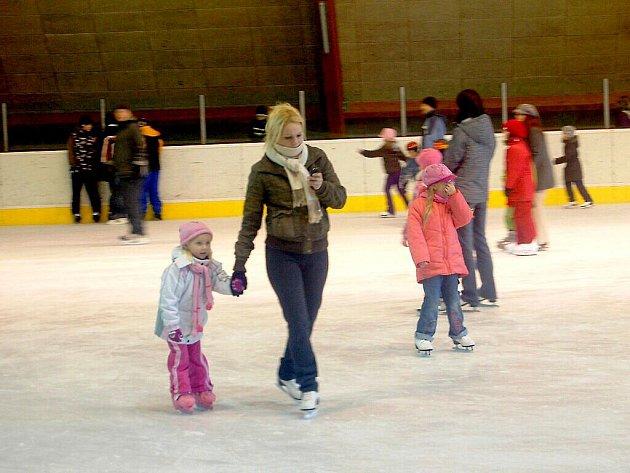 VÁNOČNÍ DISKOTÉKA na ledě  přilákala spoustu  malých návštěvníků.