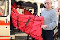 Už žádní lehce přehlédnutelní pracovníci Českého červeného kříže (ČČK), ale nová dodávka označená logem ČČK bude přistavená na akcích na Chebsku. Zároveň poslouží i pro humanitární účely. Bude se v ní vozit potřebný materiál.
