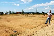Hazlovský starosta ukazuje, kde bude stát nové fotbalové hřiště