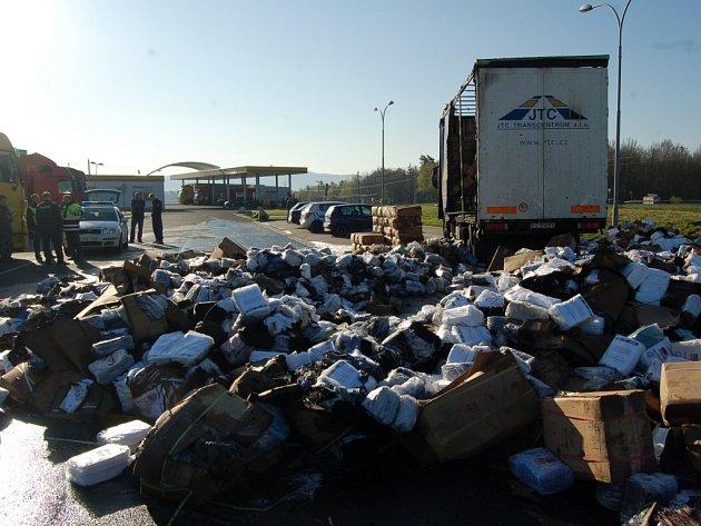HASIČI museli vytahat hořící textilie ven z nákladového prostoru kamionu. Oheň zasáhl tři čtvrtiny jeho délky.