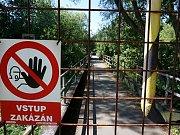 UZAVŘENÁ LÁVKA přes řeku Ohři v Mostově se dočká opravy. Obec ji totiž převede do vlastnictví kraje.