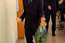 Petr Hanka z chebského gymnázia dal patřičně najevo své nadšení ze samých jedniček na maturitním vysvědčení