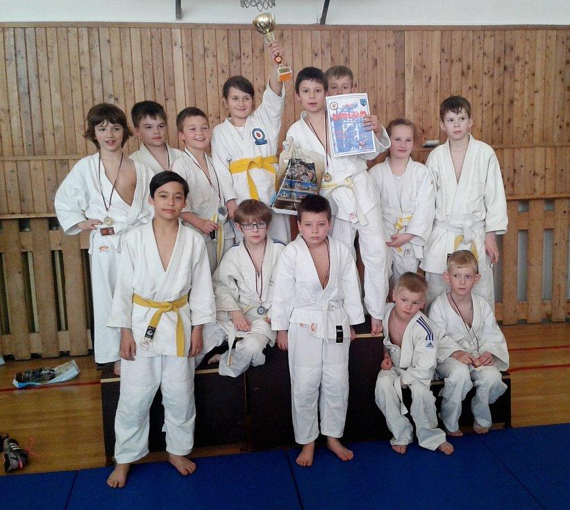 Pohár pro nejlepší družstvo v kategorii mláďat převzali členové Budo Clubu Mariánské Lázně.