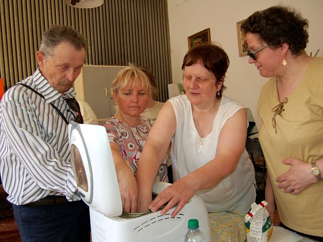 Nevidomá hospodyňka Milena Bednárová vysvětluje, jak se  obsluhuje domácí pekárna