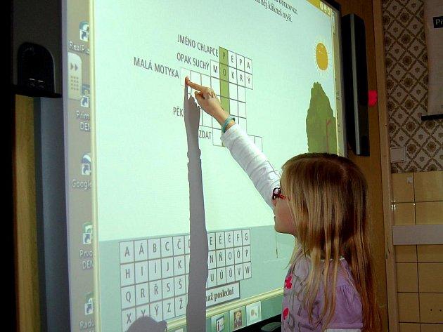INTERAKTIVNÍ TABULE. Čtvrťačka Kačka Rynešová ze Skalné s interaktivní tabulí pracuje ráda.