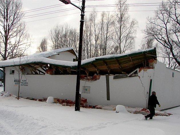Pod tíhou sněhu se propadla střecha muzea na SOOSu v Kateřině.