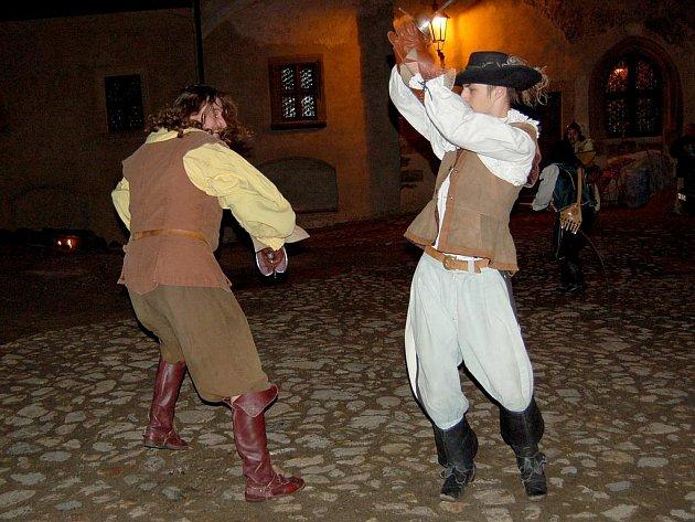 Poslední šanci nominovat dobrovolníky na cenu Křesadlo 2010 mají jednotlivci i firmy. Program zajistí skupina divadelního a historického šermu Rectus Cheb.