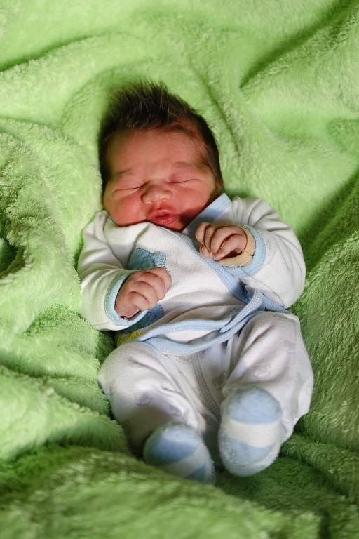 DAMIEN RYNDÁK přišel na svět ve středu 27. Ledna v 23.10 hodin. Při narození vážil 3 460 gramů a měřil 49 centimetrů. Doma v Chebu se z malého Damiánka raduje sestřička Yasminka spolu s maminkou Adélou a tatínkem Markem.