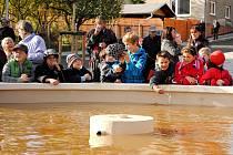 HRANIČTÍ ŠKOLÁCI se nejvíc těšili na to, až z nové kašny na Masarykově náměstí vytryskne voda. Kašna je prvek, který zrevitalizovanému náměstí dominuje.