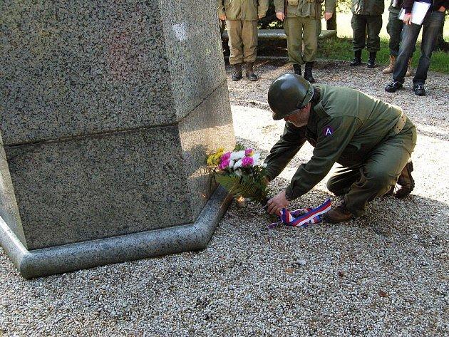 Desítky lidí si přišly připomenout konec 2. světové války k pomníku 1. pěší divize v Chebu. Historická vozidla zaparkovala u pomníku již potřetí.