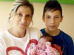 NATÁLIE ČONKOVÁ bude mít v rodném listě datum narození středu 4. května  v 11.50 hodin. Na svět přišla s váhou 3300 gramů a mírou 48 centimetrů. Doma v Chebu se z malé Natálky těší bráškové a sestřička, maminka Růžena a tatínek Jan. Na návštěvu za sestřič