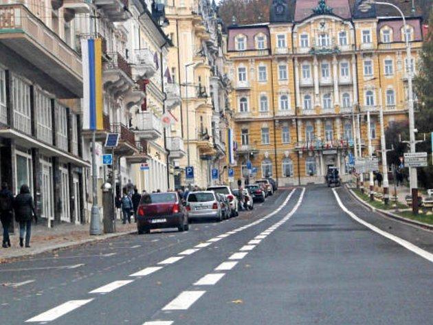 Dopravní značení na Hlavní třídě v Mariánských Lázních budí rozpaky.