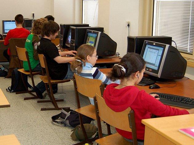 Studenti chebského gymnázia mohou být v klidu. Od samého začátku si škola platí připojení k internetu sama
