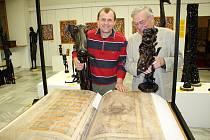 S ĎÁBLOVOU BIBLÍ! Miroslav Širš (vlevo) s mistrem knihařem ze Žamberka, který maketu Codexu Gigas vyrobil.