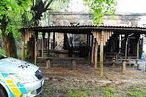 Kolem půlnoci zachvátily ašské Klubíčko plameny tak velké, že hasiči už neměli šanci na žádnou záchranu.