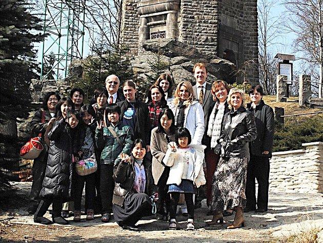 JAPONSKÝ SBOR z Kasaoke se spolu se svými ašskými hostiteli vydal na rozhlednu na vrchu Háj.
