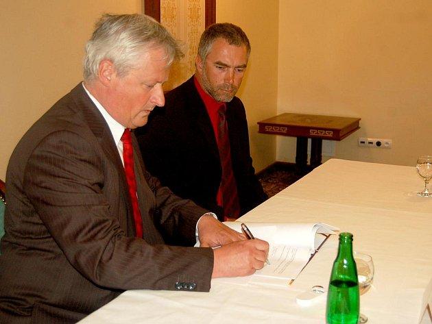 SMLOUVU na pronájem sjezdovky v Mariánských Lázních mezi městem a společností Snowhill podepsali starosta Zdeněk Král (vlevo) a předseda představenstva společnosti Snowhill Daniel Svrček.