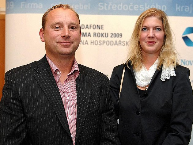 Jednatel Firmy roku PH Kovo – Recycling Cheb Jan Peroutka a za vítěznou živnostnici Julii Luhanovou dcera Lucie.
