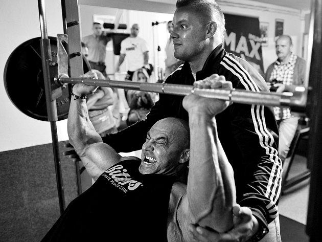 Profesionální kulturista Tomáš Bureš při tréninku a v exhibičním vystoupení v Hard Core Gym F. Lázně