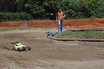 Desítky závodníků dorazily na Mistrovství republiky rádiem řízených automobilů ve Velké Hleďsebi.