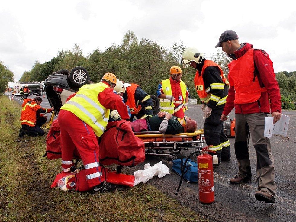 Na složky záchranného systému z obou stran hranice čekal nelehký úkol. Autobus v příkopě byl plný naříkajících lidí, osobní auto se čtyřmi cestujícími na střeše a z automobilové cisterny unikala kyselina.