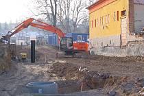 ÚPRAVA CHEBSKÉHO KULTURNÍHO DOMU SVOBODA stále pokračuje. Nyní je probouraná i část zdi naproti benzinové stanici Shell.
