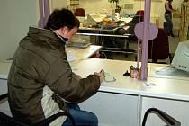 NĚKTEŘÍ NEOTÁLÍ! Další etapa výměn se koná tento rok. Průkazy vydané do 31. prosince 2003 si  musejí občané vyměnit do konce tohoto roku. To již udělal třeba dvacetiletý Jan z Chebu (na snímku).