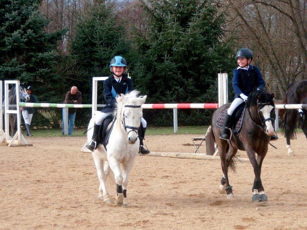 Jezdeckou sezonu zahájil jezdecký oddíl TJ Agro Cheb na kolbišti v Nebanicích  veřejným tréninkem pro začínající jezdce.