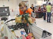 Darovat jídlo potřebným mohli zákazníci obchodního domu Kaufland v Chebu.