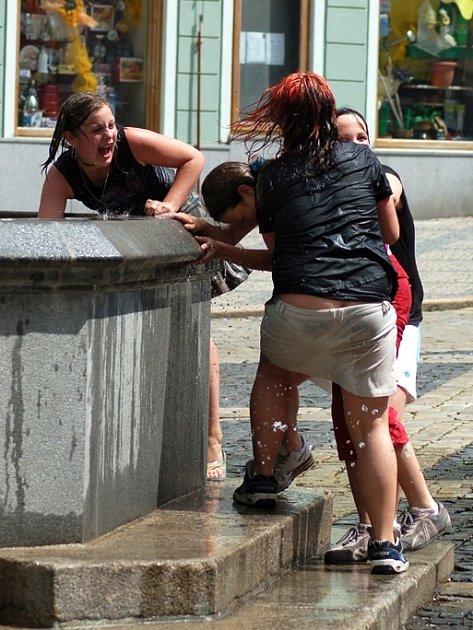 V horkém počasí našla děvčata osvěžení v kašně na chebském náměstí Krále Jiřího z Poděbrad