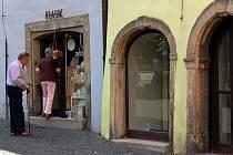 Od konce roku 2006 zeje na chebském náměstí Krále Jiřího z Poděbrad prázdnotou výloha prodejny Miniart