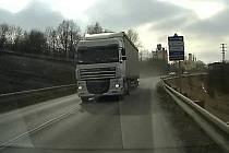 Kamion ohrozil riskantním předjížděním řidičku osobního auta