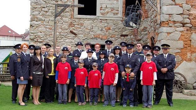Společný snímek dobrovolných hasičů ze Skalné