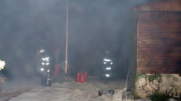 Požár dřevěné zahradní chatky ve Velkém Luhu na Chebsku