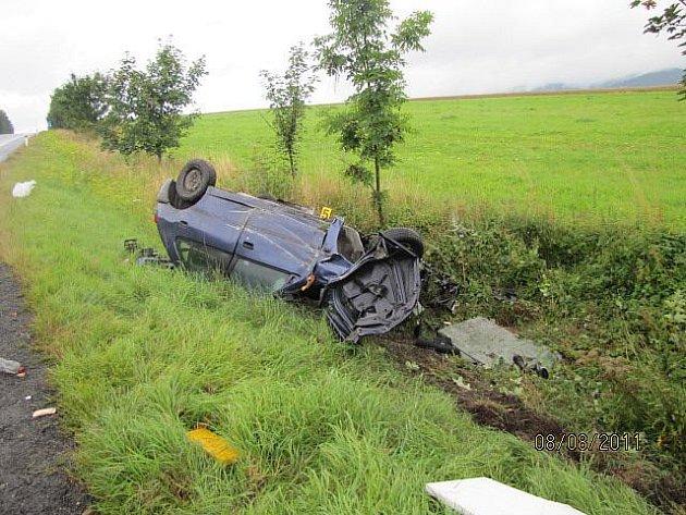 Těžká zranění utrpěl při pondělní dopravní nehodě dvaačtyřicetiletý řidič Peugeotu 306. Na silnici I/21 ve stoupání mezi Mariánskými Lázněmi a Starou Vodou z dosud nezjištěných příčin vyjel mimo vozovku, kde narazil do autobusové zastávky.