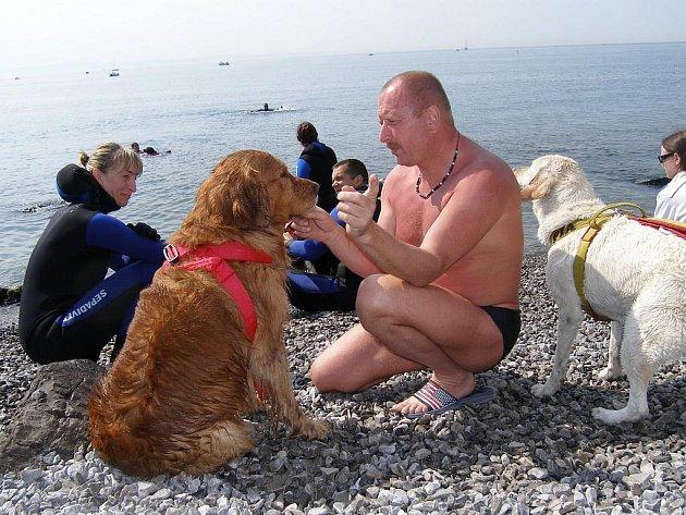 PLAVČÍK chebského bazénu Věroslav Souček se zúčastnil výcviku záchranářů v italské Sistianě, kde záchranu tonoucího cvičili také psi.