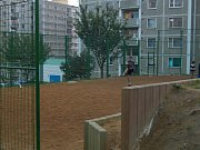 NEPOŘÁDEK OKOLO KONTEJNERŮ, málo parkovacích míst nebo hlučné chování trápí řadu obyvatel chebského sídliště Zlatý vrch
