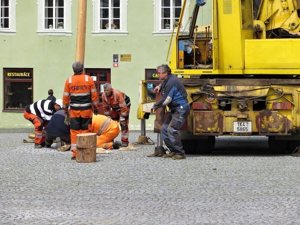 Pracovníci chebského infocentra a Chebských technických služeb postavili májku na chebském náměstí.
