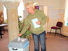 PRVNÍ VOLIČKOU v chebském okrsku číslo 2 se stala Albína Břečková. Před volební místností stála již dvě minuty před čtrnáctou hodinou.
