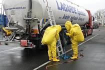 Chebští hasiči nacvičovali zásah při úniku chemických látek