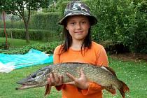 OSMILETÁ RYBÁŘKA Míša Tranová měla neuvěřitelné štěstí. Po pouhé půl hodině vytáhla z vody pětikilovou štiku. Vlastnicí rybářské povolenky je ale teprve měsíc.