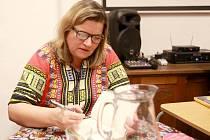 """Do chebské knihovny přijela v rámci Března – měsíce čtenářů také spisovatelka Iva Pekárková. Autorka tří desítek knih představila svoji nejnovější knihu Třísky. Ta vyšla v říjnu loňského roku a spisovatelku inspiroval příběh """"Šárky"""" z Chebska."""
