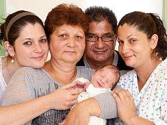 JAROSLAV HRUBÝ si poprvé prohlédl svět v úterý 29. září v 9.29 hodin. Při narození vážil 3 330 gramů a měřil 50 centimetrů. Doma na Cetnově se z malého Jarouška těší sestřička Terezka, maminka Petra a tatínek Jan.